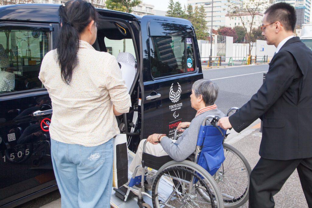 JPN-TAXIにスロープから車イス乗車している写真